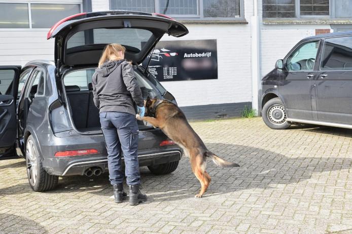 Met speurhonden is in de auto's naar verborgen ruimtes gezocht bij het garagebedrijf.
