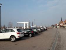 Geparkeerde auto's op Strandboulevard Harderwijk zijn publiek doorn in oog