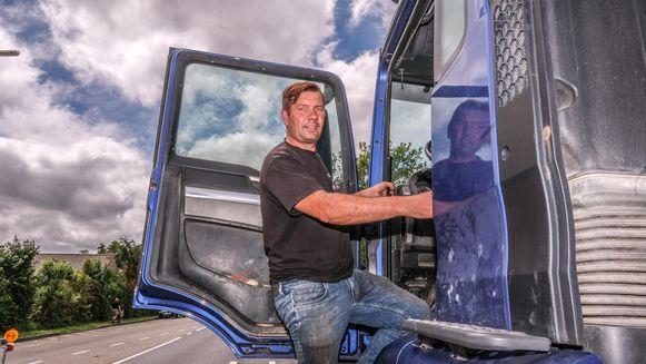 Pedro Bruggeman (42) uit Beselare, hier bij z'n eigen truck, slaagde erin om op de snelweg een stuurloze vrachtwagen te doen stoppen.
