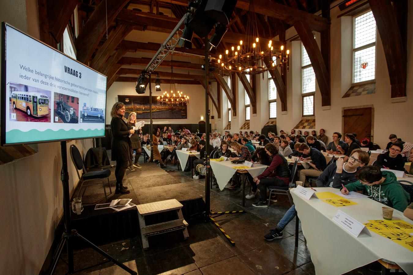 De finale van de landelijke geschiedenisquiz strijkt in de Zutphense Burgerzaal.