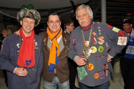 """Oud-voorzitter Gijs de Goede (links), de huidige voorman Tim de Zeeuw en Gertjan van de Meent (eveneens voormalig voorzitter) van carnavalsvereniging D""""Haone uit Eindhoven. De Goede is overleden."""