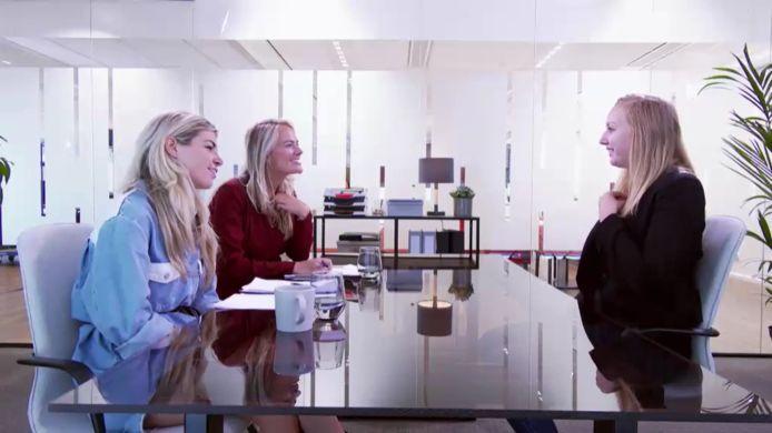 Sammy Berendsen en Pebbles van Noorden spreken met sollicitant Iris voor de functie van operationeel manager voor hun frietfabriek.