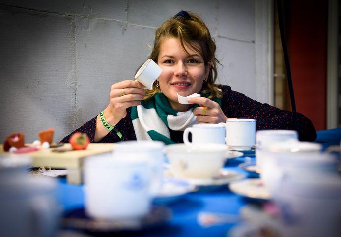 EINDHOVEN - Eylien Lommen heeft met behulp van de lezers van het ED haar verzameling koffie- en theekopjes weer op orde.