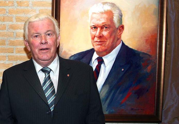 Hans van Dun in 2007 bij zijn portret in de hal van het gemeentehuis van Loon op Zand. Archieffoto: Patrick Guitjens