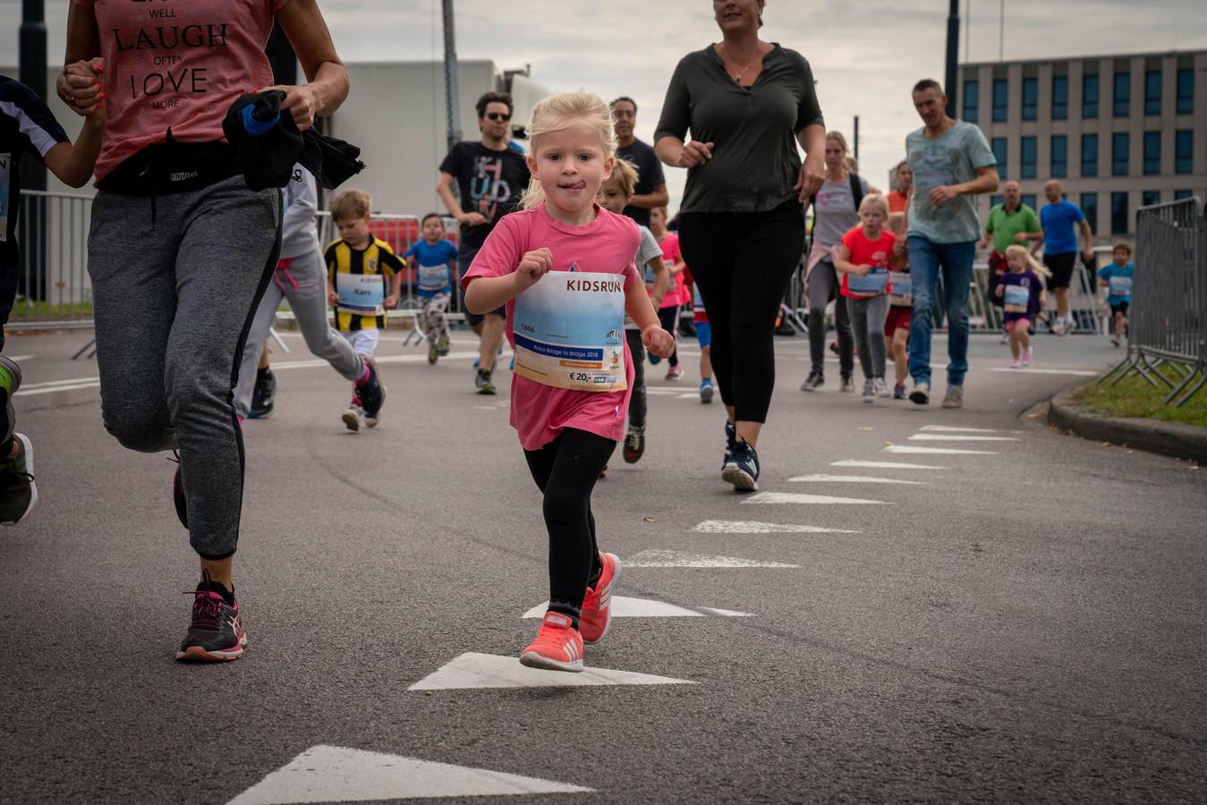 De Bridge to Bridge loop in Arnhem begon met de Kids Run.