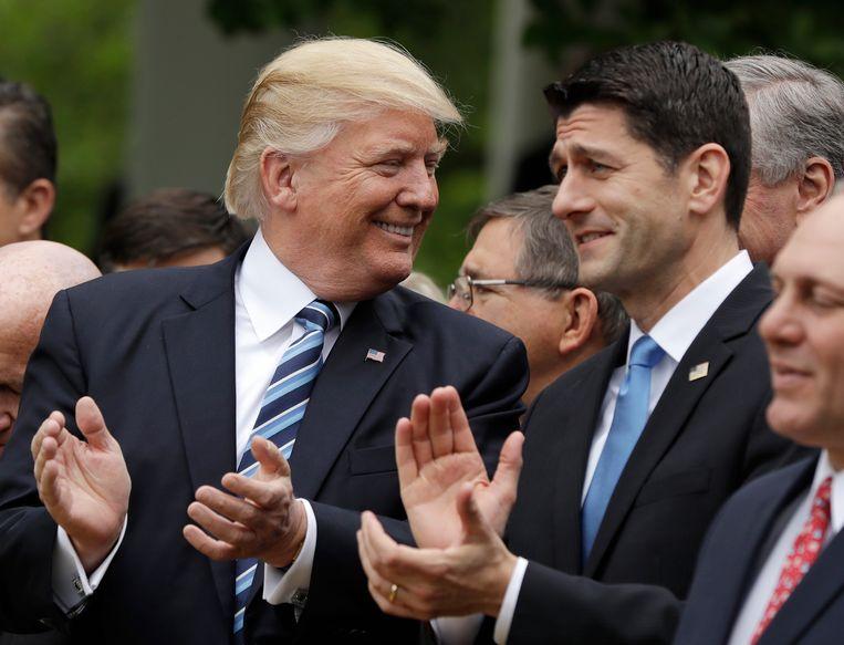 Donald Trump en Paul Ryan, voorzitter van het Huis van Afgevaardigden, tijdens de persconferentie na afloop van de stemming.