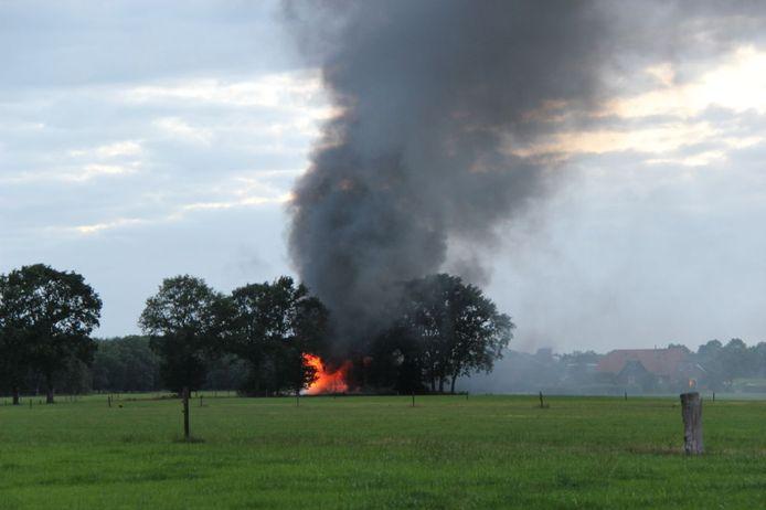 Bij de brand komt veel zwarte rook vrij.