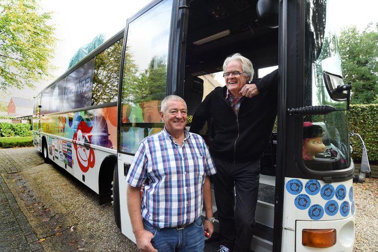 Paul Van Rompaey (62) en Jos Celen (68) bij hun omgebouwde touringbus.