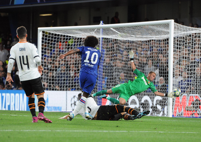 Willian stuit namens Chelsea op Jasper Cillessen (Valencia).