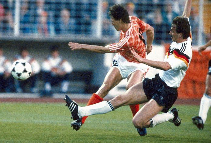Marco van Basten (l) in duel met Jürgen Kohler.