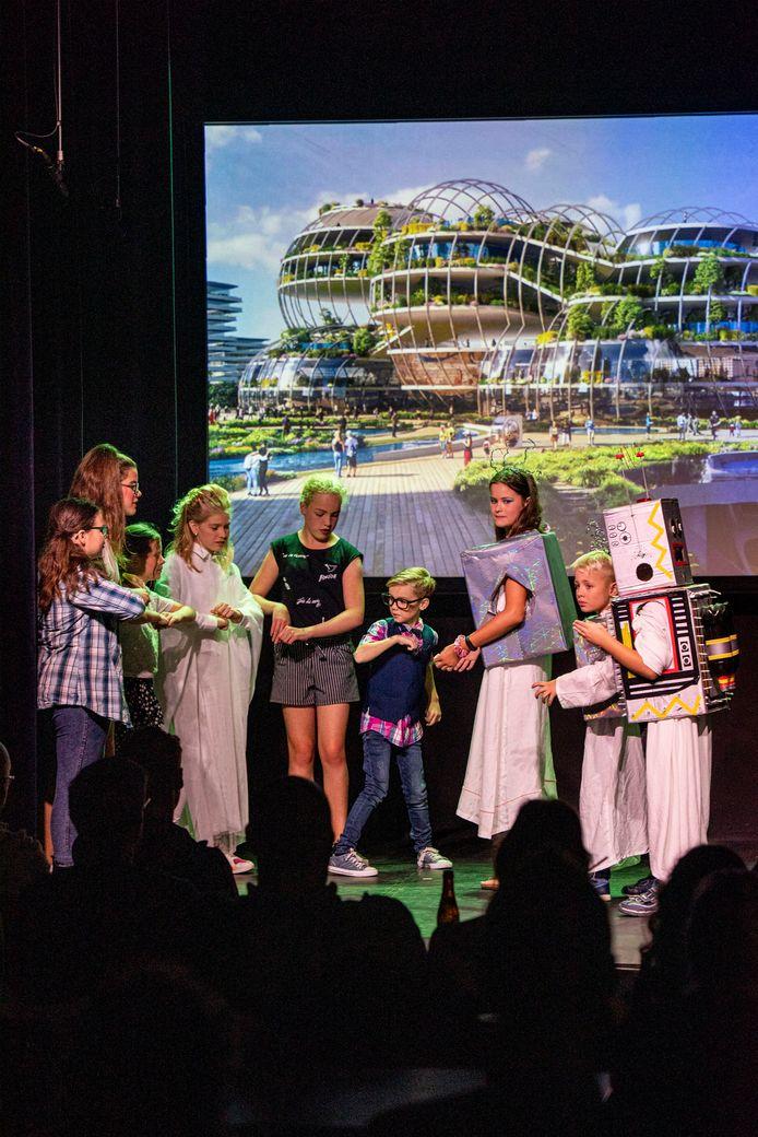 LOCATIE: Zevenbergen - DATUM: 20/09/25 - FOTOGRAAF: Pix4Profs/Edwin Wiekens - OMSCHRIJVING:  kindertheatergroep in de Schuur in Zevenbergen met een eigen voorstelling. Een vijftal klasgenoten en vrienden vinden een tijdreismachine, als ze deze activeren reizen ze naar het verleden en de toekomst, maar hoe komen ze nu terug in hun eigen tijd.