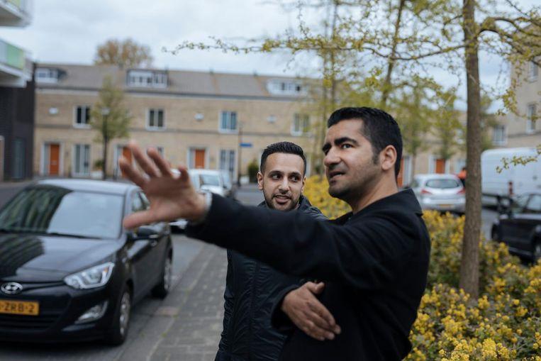 Murat Isik met zijn jeugdvriend Ilias in de Ken Saro-Wiwastraat Beeld Marc Driessen