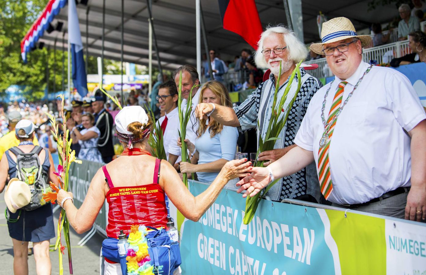 Burgemeester Bruls op de Via Gladiola tijdens de laatste dag van de 102e editie van de Nijmeegse Vierdaagse.