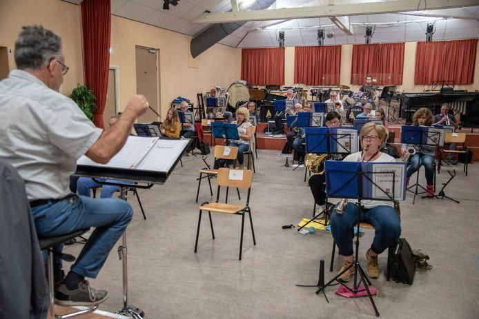 Fanfare Wilhelmina in Groesbeek repeteert weer. De briefjes op de stoel geven aan wie waar moet zitten.
