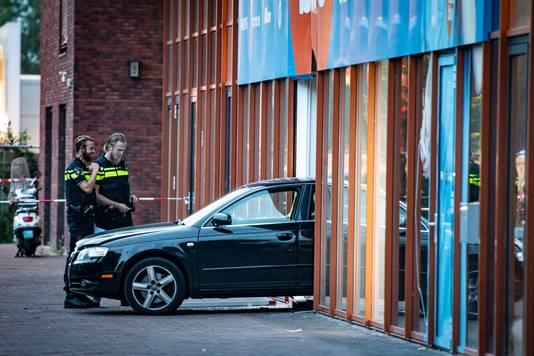 De Audi waarmee de ramkraak plaatsvond, half in de winkel van Coolblue.