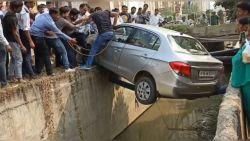 Chauffeur wordt gered uit wel heel penibele situatie