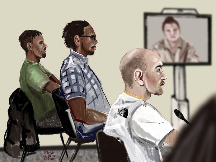 De drie verdachten van een gewelddadige woningoverval in Gouda op 13 januari in de Haagse rechtbank. De vierde verdachte, ex-vriendin van één van de mannen, was aanwezig via een videoverbinding.