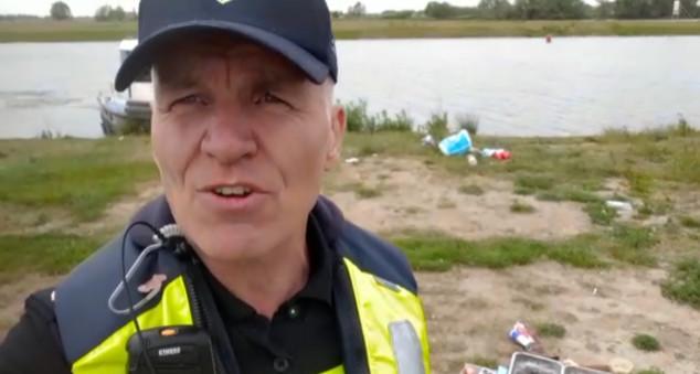 """Wijkagent Jean Louis Becker is boos over de troep op strandjes in Kampen. ,,Ik heb hier geen woorden voor."""""""