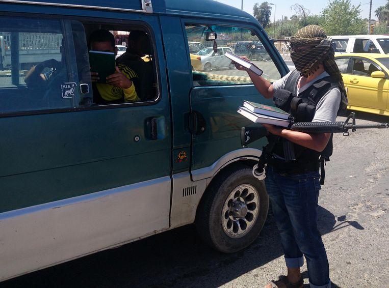 ISIS deelt exemplaren van de koran uit in Mosul Beeld ap