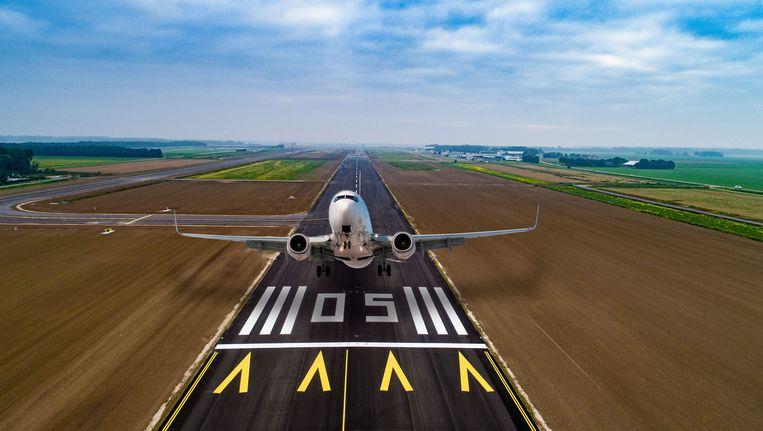 Een vliegtuigs stijgt op van Lelystad Airport. Beeld null