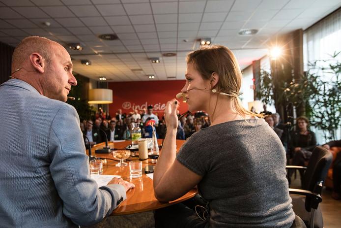 Joop Vos (links) kroop in de huid van Matthijs van Nieuwkerk, Amy Siemons was zijn tafeldame.