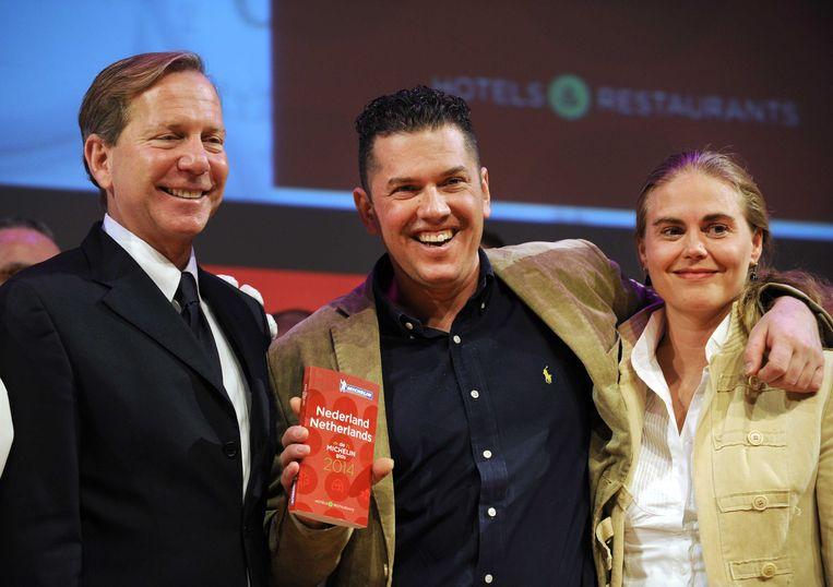 Jacob Jan Boerma (midden) van restaurant De Leest krijgt van Michelingidsen-directeur Michael Ellis (links) de nieuwe Michelingids.