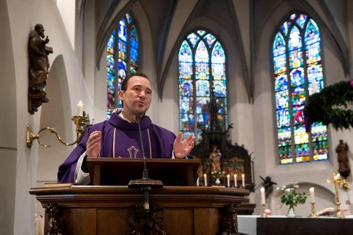 Kapelaan Zimmermann vertelt de kerkgangers dat hij moet verhuizen naar de binnenstadsparochie in Eindhoven.