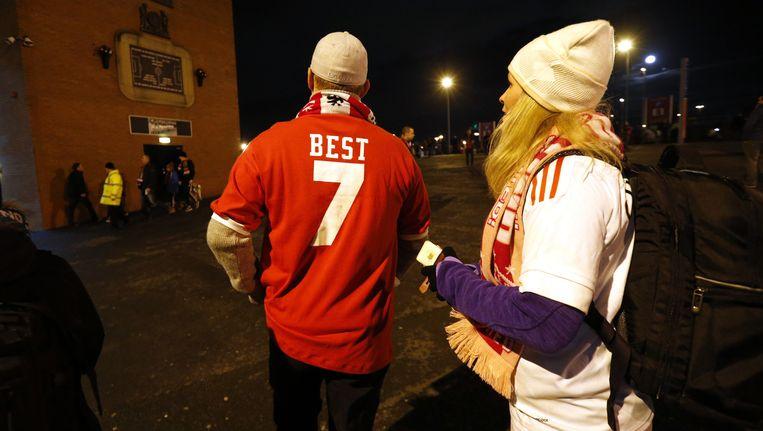 Een supporter van Manchester United met het shirt van legende George Best uit Wales. Beeld reuters