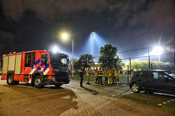 Op een trainingsveld nabij het Koning Willem II Stadion werd een grote hoeveelheid illegaal vuurwerk gevonden.