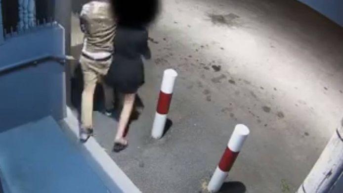 L'adolescente et ses agresseurs ont été filmés alors que ces derniers la forçaient à retirer de l'argent dans un distributeur de billets.