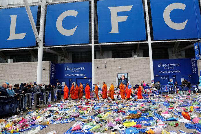Monniken bewijzen de de Thaise eigenaar Khun Vichai Srivaddhanaprabha de laatste eer bij het King Power-stadion van Leicester City.