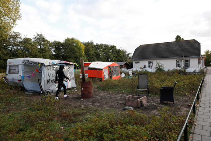 Een groep woonwagenbewoners heeft caravans neergezet op een stuk braakliggend grond aan de Clara Visserstraat, een voormalige woonwagenstandplaats.