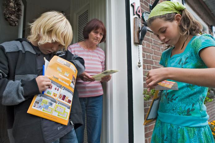 Bekend beeld: met de map kinderpostzegels langs de deur.