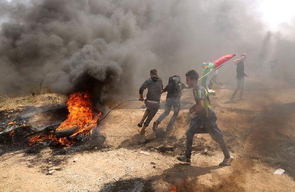 De protesten begonnen vrijdag met het in brand steken van hopen autobanden.