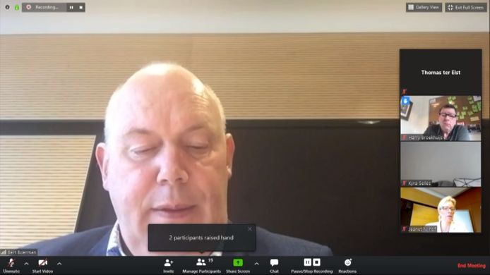 Gedeputeerde Bert Boerman geeft uitleg over kanaal Almelo - de Haandrik, tot hij wordt onderbroken door een discussie over rode wijn.