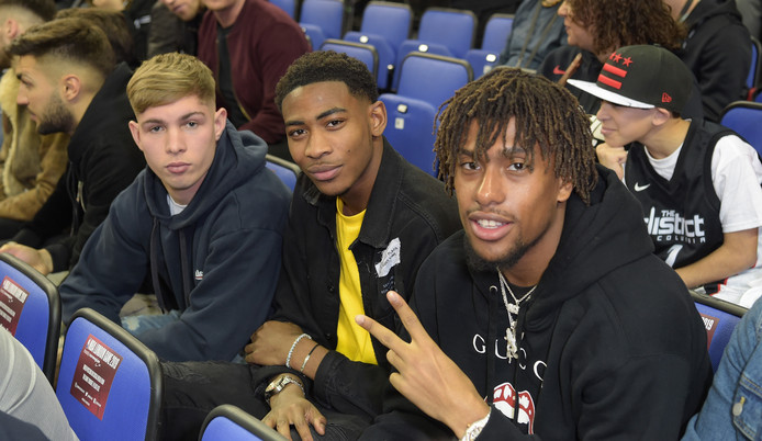 Reece Oxford (West Ham United) met Arsenal-aanvallers Emile Smith Rowe en Alex Iwobi.