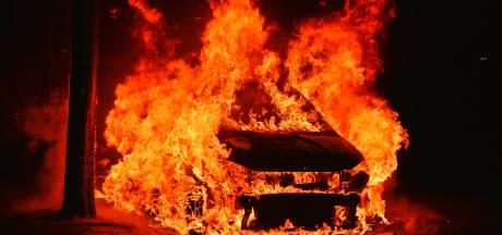 Autobrand in Valkenswaard, brandweer vermoedt brandstichting