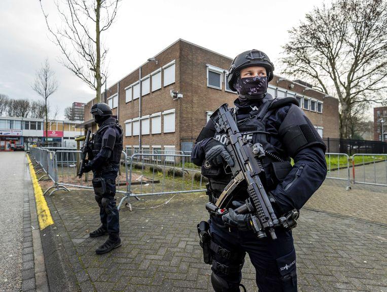 Politie bewaakt de rechtbank in Osdorp, Amsterdam, waar de eerste zaak tegen Ridouan T. wordt gehouden. Beeld EPA