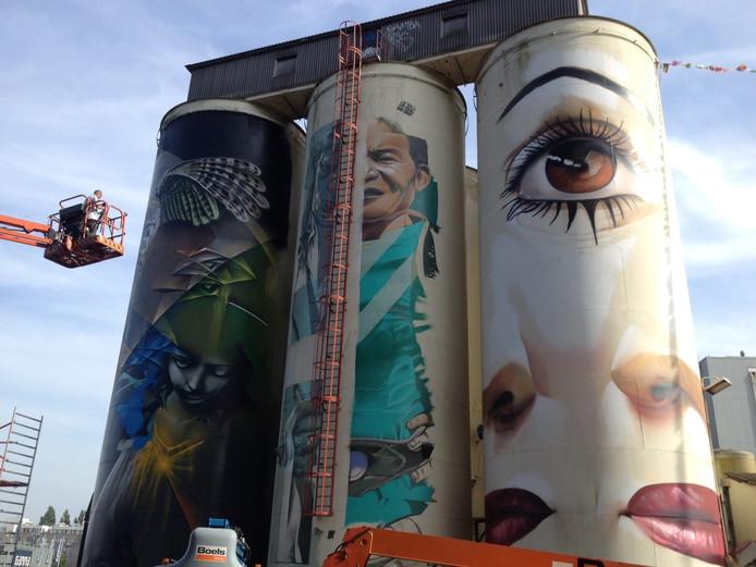 De drie beschilderde silo's. De silo met het gezicht wordt overgeschilderd.