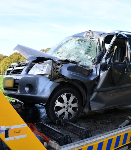 Auto botst op dorsmachine; automobilist gewond