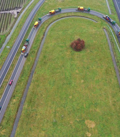 Bijzonder tafereel: acht grote opleggers met machines draaien de A15 op