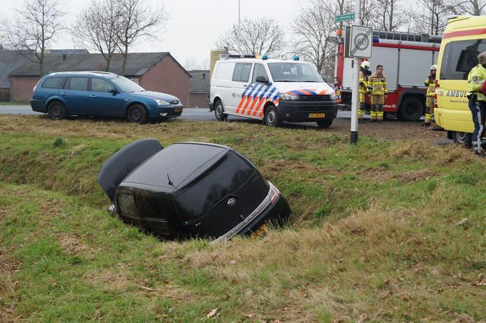 De auto kwam tot stilstand in een sloot. Foto: News United / 112 Achterhoek-Nieuws