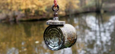 Magneetvisser hengelt mortiergranaat uit water in Haghorst