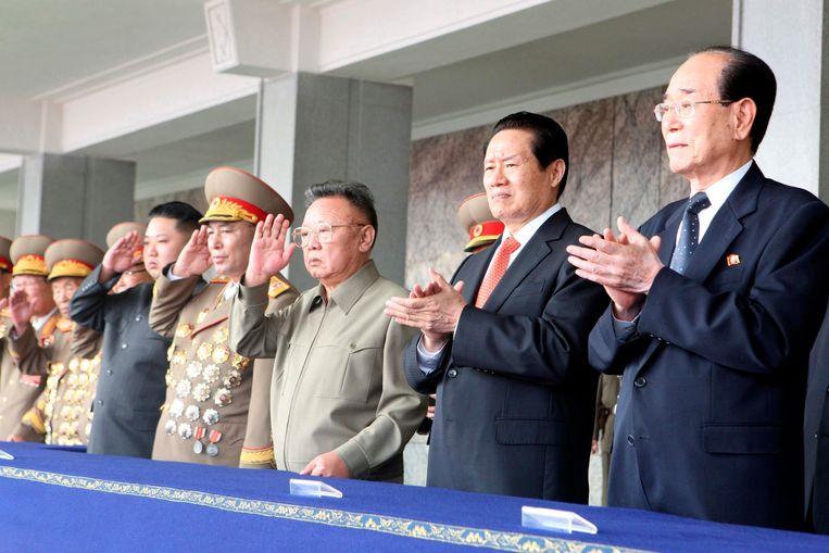 De Noord-Koreaanse ex-leider Kim Jong-il met Chinese hoogwaardigheidsbekleders, onder wie Zhou Yongkang (2e van rechts).