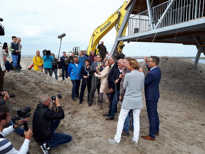 Minister Cora van Nieuwenhuizen heeft het eerste eiland van de Marker Wadden geopend.