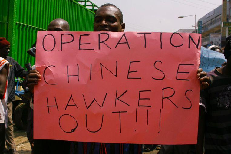 Een man in Nairobi demonstreert tegen Chinese handelaren die de binnenlandse markt zouden verpesten.  Beeld EPA