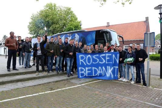 Estria-spelers voor het afscheidsduel van Ivo Rossen bij FC Eindhoven.