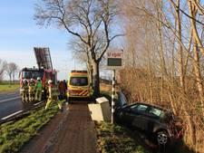 Auto ramt meetkast in Scheerwolde, twee gewonden