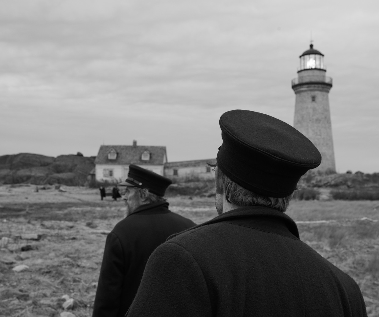 Willem Dafoe (links) en Robert Pattison op het rotsige eiland van The Lighthouse.