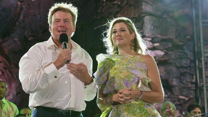 Koning Willem-Alexander en koningin Maxima tijdens de afsluitende feestavond op Aruba.